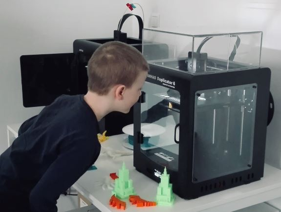 half-camps and ingensive language workshops for children with 3D printing