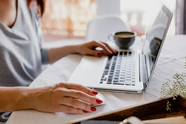 Zajęcia na odległość – połączenie e-learningu i zajęć online prowadzonych przez lektora. Zapraszamy do naszej wirtualnej klasy w wirtualnej szkole językowej o niemal 30–letniej tradycji, w której uczyło się już ponad 100 000 Słuchaczy – pracowników firm, instytucji państwowych, uczelni, słuchaczy indywidualnych.